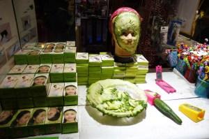 Un gadget étonnant : l'éplucheur à concombre spécial masque. Si, si...