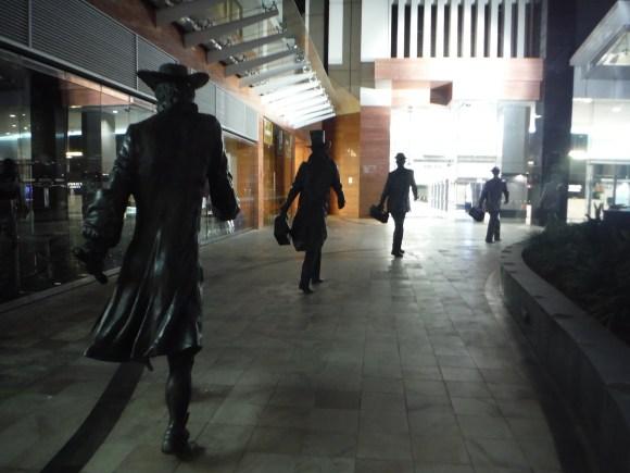 """""""Footsteps in time"""", une oeuvre rendant hommage aux 5 générations d'hommes ayant construit le """"quartier des affaires"""" de Perth : les explorateurs néerlandais, les colons britanniques, les chercheurs d'or, les migrants européens post WW2 et enfin les businessmen de l'an 2000."""