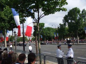 Les Champs Elysées sont pavoisés de grands drapeaux français