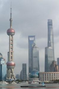 Trois des tours le splus emblématiques de Pudong, de gauche à droite la Perle d'Orient, le Shanghai World Financial Center et enfin la toute jeune Shanghai Tower et ses plus de 600m de haut