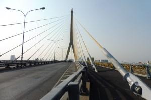 Juste derrière, le magnifique pont Rama VIII