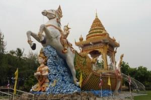 Derrière le JEATH Museum, un temple avec cune énorme sculpture a attiré notre attention