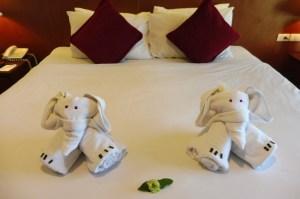 Les serviettes pliées en forme d'éléphant, c'est le top !