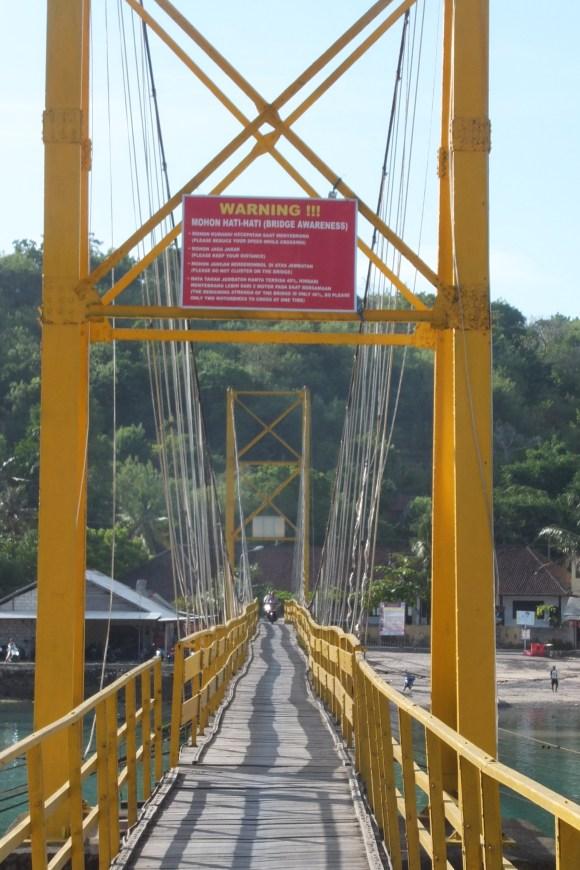 Un grand pont relie Nusa Lembongan et Nusa Ceningan... impressionnant pour une première fois en scooter !
