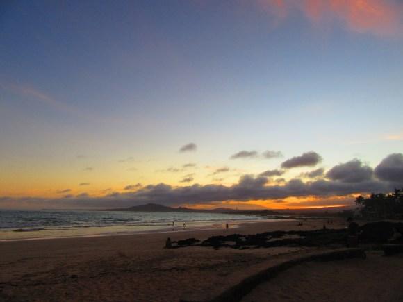 Coucher de soleil sur la plage de Puerto Villamil