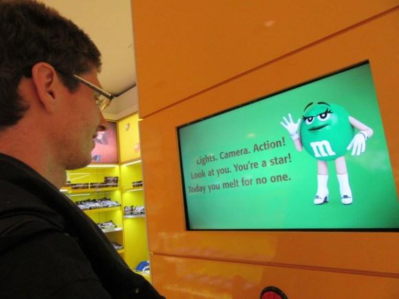 """On retrouve à l'aéroport d e Sao Paulo les mêmes """"bornes d'humeur"""" M&M's qu'à NYC ;-)"""