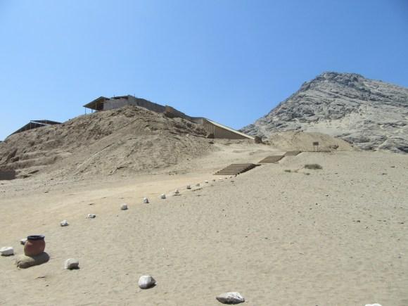 A gauche Huaca de la Luna, à droite le cerro Blanco