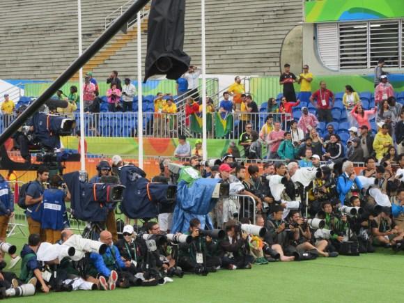 Les photographes sont positionnés pour l'arrivée des athlètes...