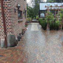Trædesten viser vejen til hoveddøren og videre i haven