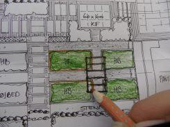 Trædefliser, haveklinker, pergola og højbede tegnet ind...