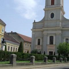 """Istoria  bisericii reformate """"cu lanturi"""" din Satu Mare care a fost lovita in plin de  o bomba in 1944"""
