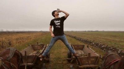 Parodie moldoveneasca dupa spagatul lui Van Damme pe camioane