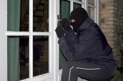 Bărbat de 31 de ani bănuit de comiterea mai multor furturi din locuințe la Carei