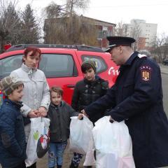 Pompierii satmareni au dat cadouri copiilor sarmani