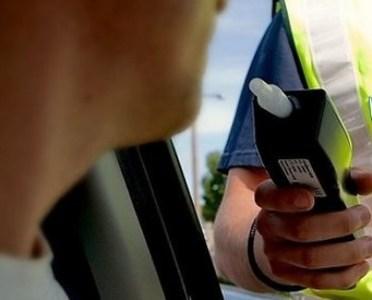 La volan sub influenţa băuturilor alcoolice și  cu permisul  de conducere anulat