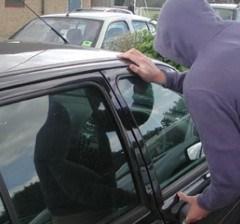 Doi tineri au fost reținuți de polițiști la Carei în timp ce încercau să fure o mașină