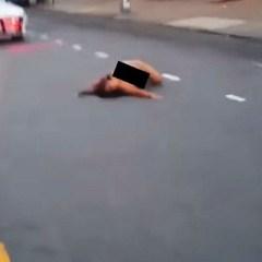 VIDEO Imagini incredibile în plină stradă. O femeie complet dezbrăcată face mişcări lascive