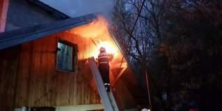 Incendiu violent la o casă din Vama