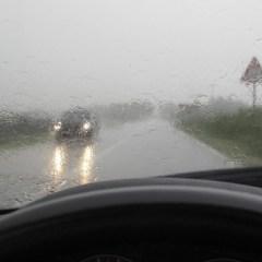 Recomandări pentru deplasarea cu autovehiculele pe timp de ploaie