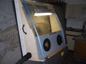 In einem zweiten Restaurierungsschritt wird das Fossil sandgestrahlt. Foto:
