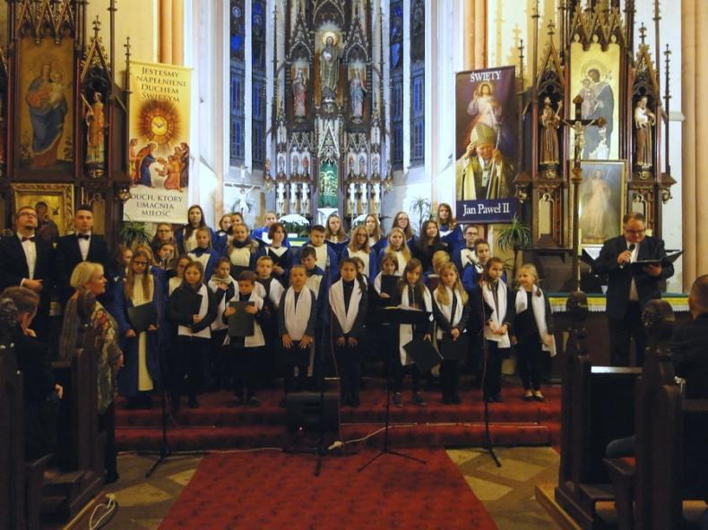 Chór z Trzcinicy wraz z solistami  w kościele w Smogorzowie