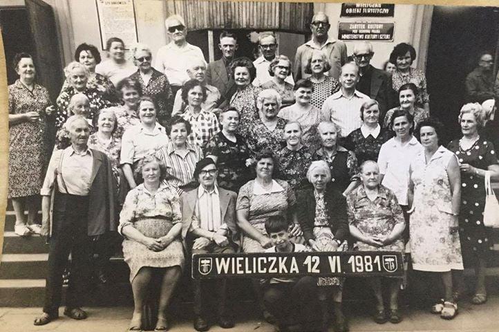 Wycieczka doWieliczki - prawdopodobnie zkoła gospodyń wiejskich zeSmogorzowa -w drugim rzędzie odprawej Janina Wasiak (jako 4 osoba - ma ładny biały kołnierzyk).