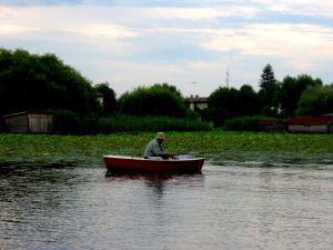 Localnic pescuind pe Lacul Snagov..