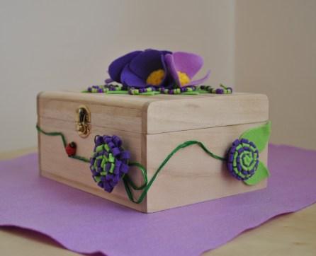 scatola di legno decorata con anemoni viola e lilla