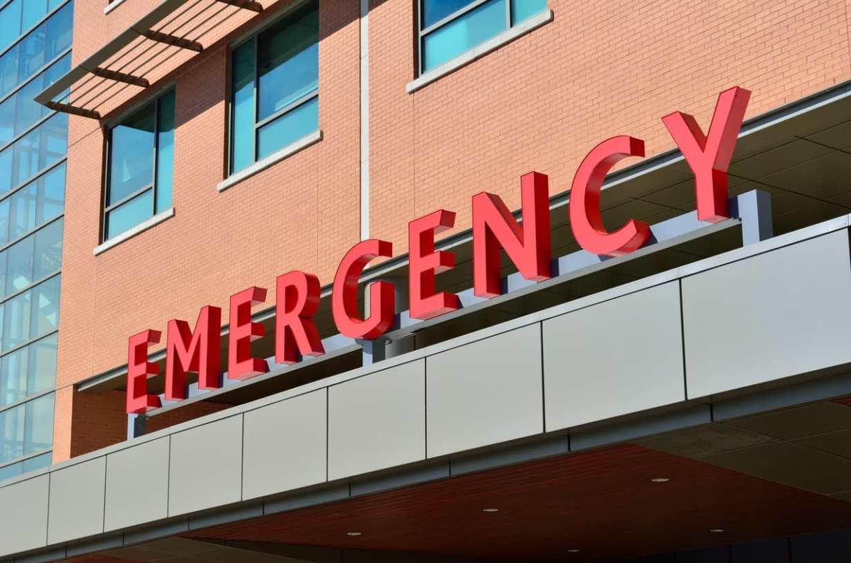 inkom spoedafdeling ziekenhuis met signalisatie emergency bovenop
