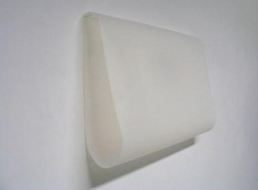 Untitled. 2012, installation, wool fibers and A0 sheet of transfering paper / Sans titre. 2012, installation en fibres de laine et feuille A0 de papier-calque