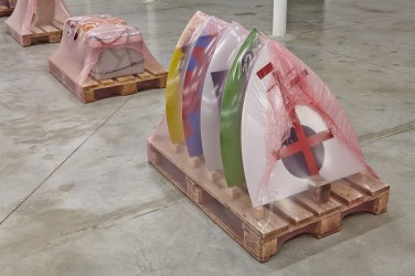 """Vue de l'exposition """"VIANDES FORAINES"""", Friche de la belle de mai, Marseille, 2017, Production: Sextant et plus"""