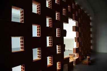 Fractured wall. 2012, construction of 130 plastered bricks, 20 x 10 x 50 cm / Mur fracturé. 2012, construction de 130 briques, 20 x 10 x 50 cm