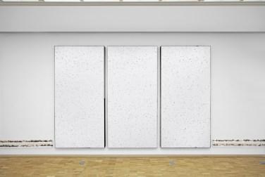 Paysage (triptych), 2016, polystyrene boardsand linoleum on canvas, 380 x 250 x 8 cm © Horst W Kurschat / Paysage (triptyque), 2016, tableau en polystyrène et linoléum sur canevas, 380 x 250 x 8 cm © Horst W Kurschat