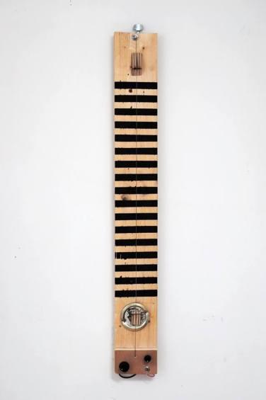The Abstract Painting Player Bois, acrylique, corde Ré en cuivre, mécanique bain d'huile, micro, potentiomètres, condensateur, prise jack 6,35mm mono
