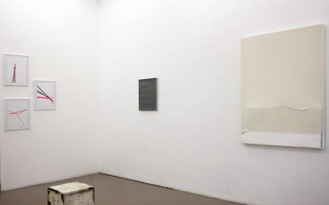 Simon Feydieu, Mimmo, 2017, Colle sur Dibond. 52X45cm / Ninakarlin Prinz, OT, 2016, Bois, polystyrène,peinture,toile. 128x97cm