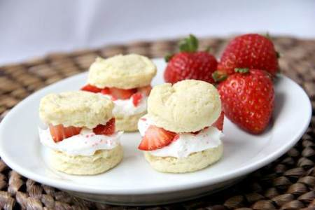 Mini Strawberry Shortcake Poppers Recipe | SnappyGourmet.com