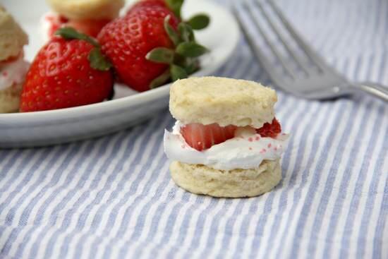 Mini Strawberry Shortcake Poppers Recipe | SnappyGourmet.com