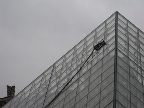 louvre_pyramid_robot_window_washer.jpg