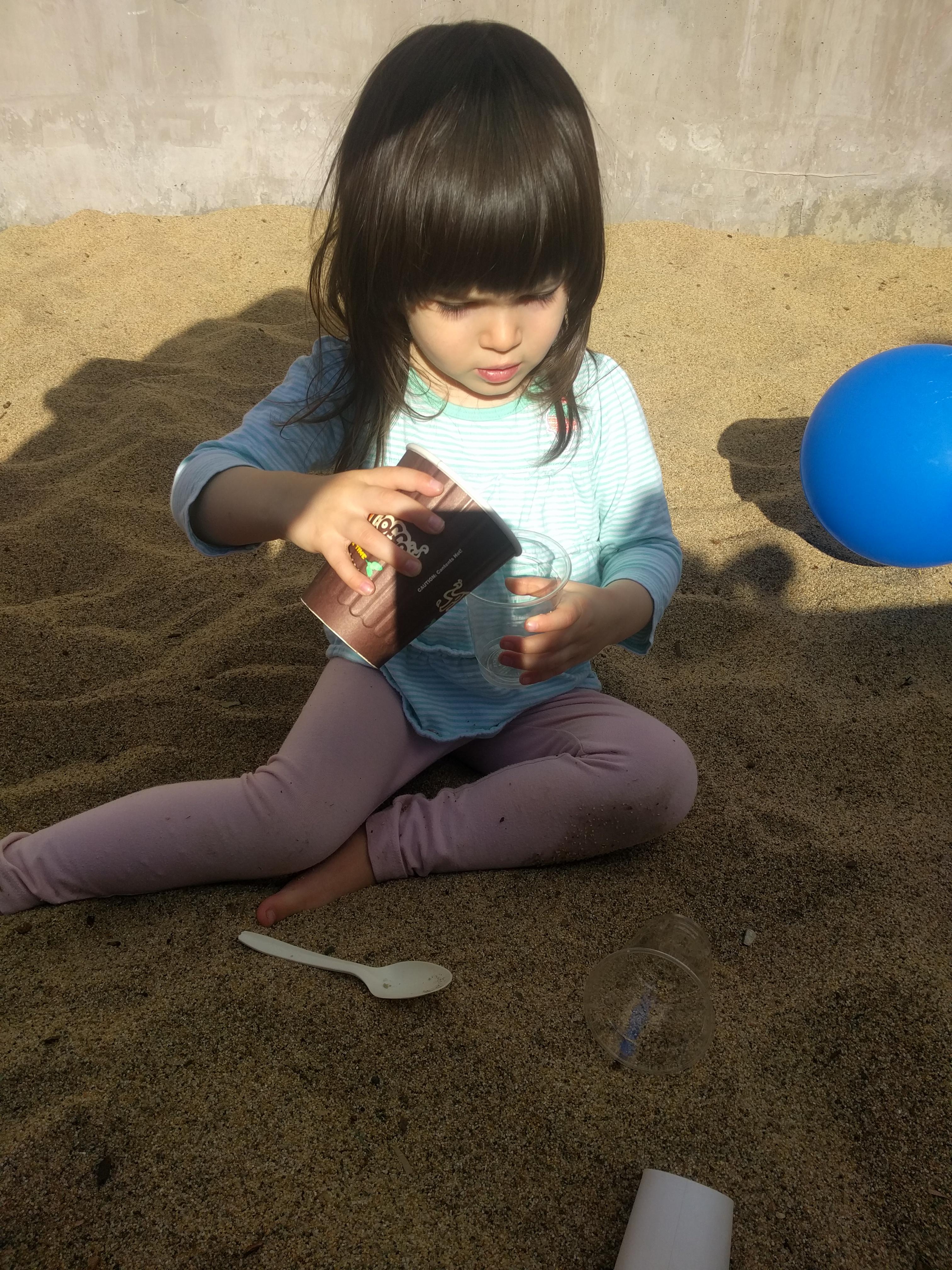 playground_sandbox_pouring