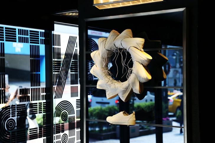 Photo01 - オニツカタイガー渋谷にて、デザイン集団TOMATO結成25周年を記念し、ジョン・ワーウィッカー氏のアート作品を展示