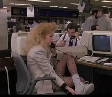 映画「ワーキング・ガール」の一コマ:80年代のリーボックを通勤シューズに履くスタイル (working-girl_melanie-griffith_reebok_sneakers_office)