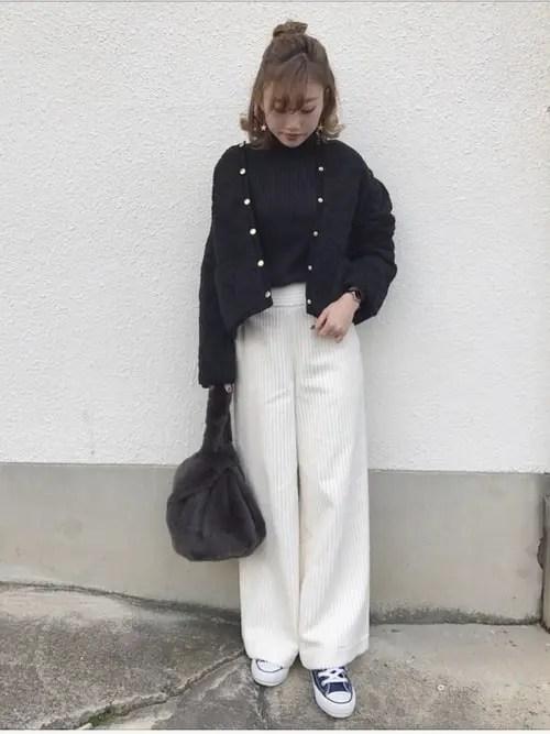 重くなりやすいワイドパンツも軽やかに着こなせる navy-sneakers-ladies-style-4