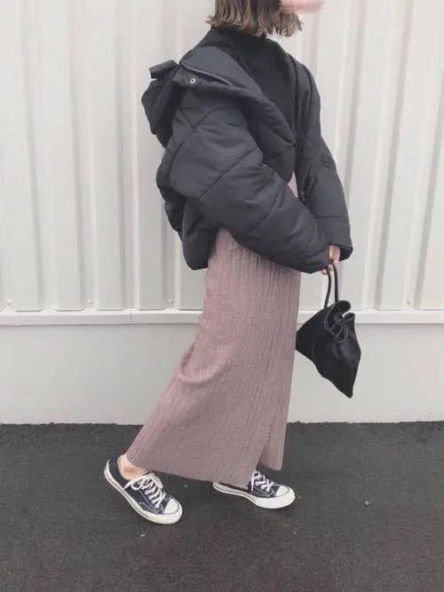 ローカットスニーカー×黒ダウン down-jacket-styles-for-ladies-sneakers-3
