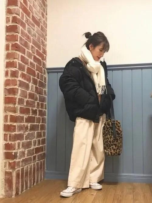 白スニーカー×黒のボリュームダウン down-jacket-styles-for-ladies-sneakers-6