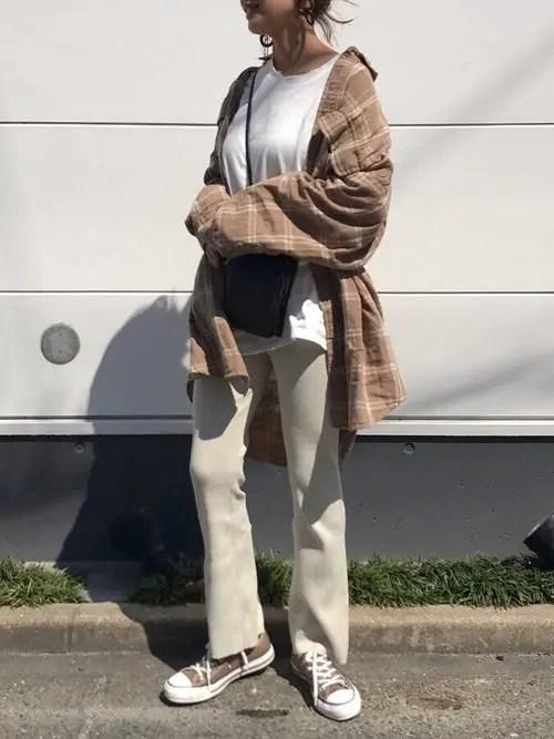 茶色のスニーカー×ベージュパンツ fall-sneaker-ladies-style7