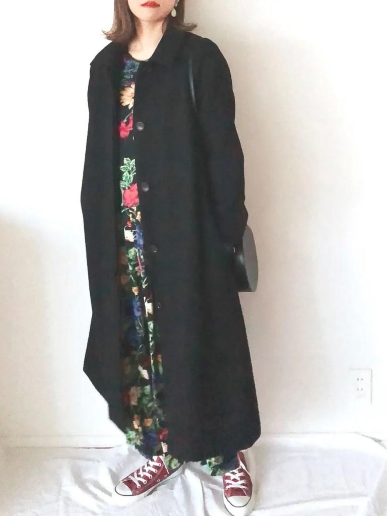 ロング丈のコートを黒にして大人っぽいスニーカークリスマスコーデ