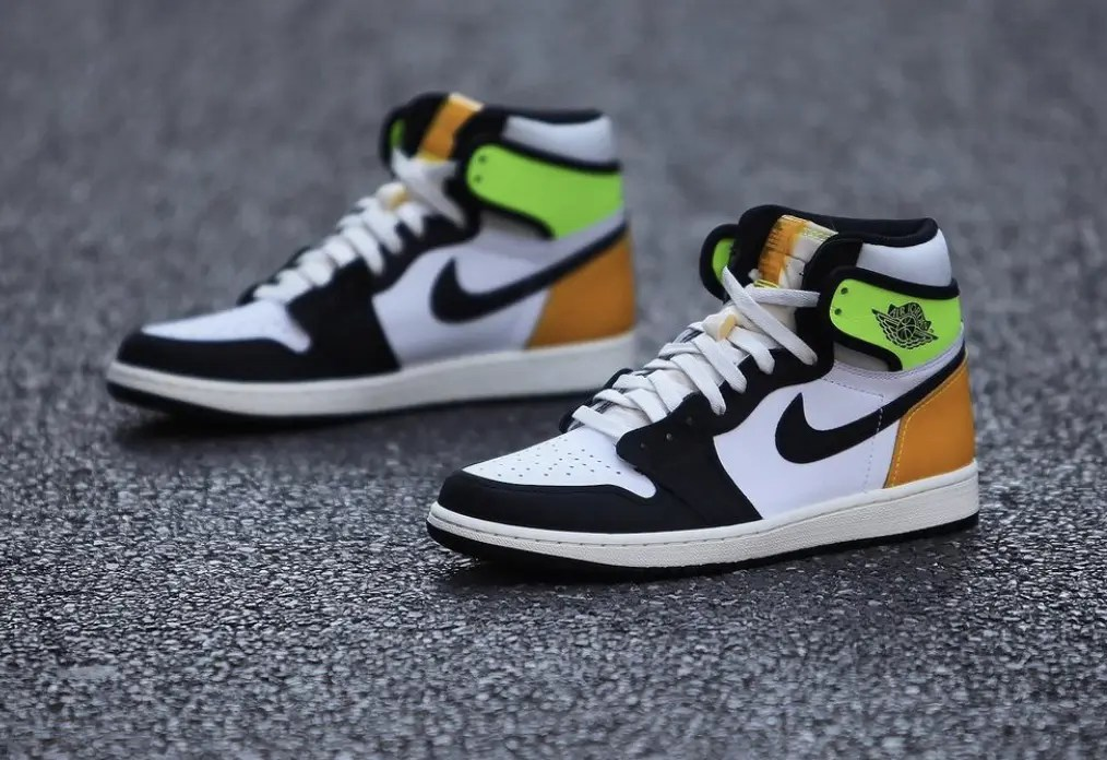 "Nike Air Jordan 1 Retro High OG ""Volt Gold"" ナイキ エア ジョーダン 1 レトロ ハイ OG ""ボルト ゴールド"" White/ Volt-University Gold-Black pair"