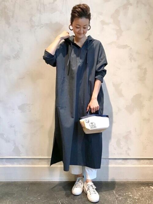白 スニーカー 大人 コーディネート ワンピース White Sneaker Coodinate with black dress