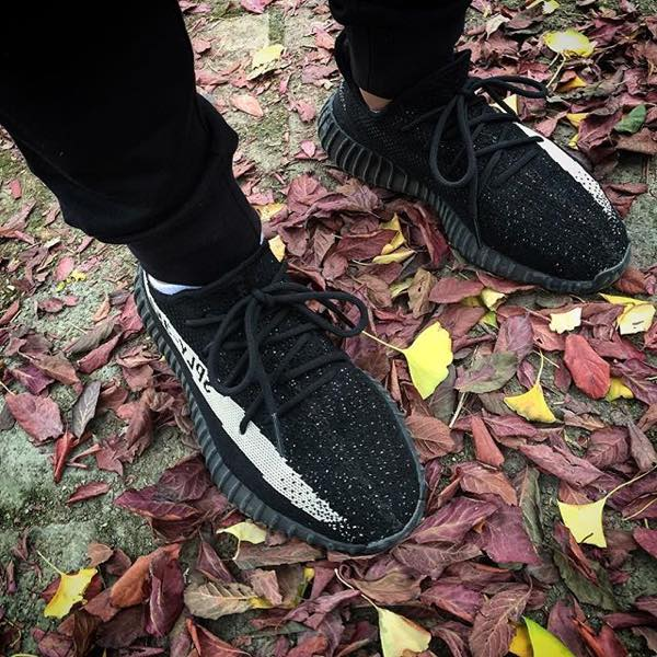 YEEZY BOOST 350 V2 Core Black / White