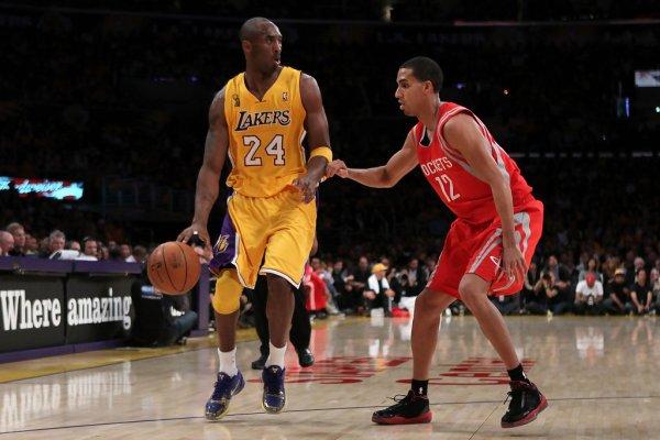 """Kobe Bryant in Nike Zoom Kobe V """"Ring Ceremony"""", Kevin Martin in Air Jordan 2010 TB"""
